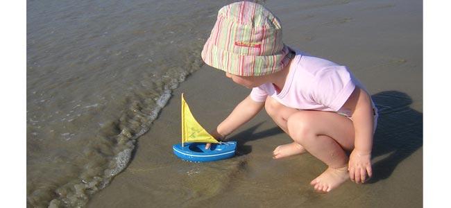 Enfant conduire bateau